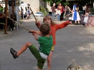 zelf gemaakte zwaarden op Middeleeuwsdorpsfeest, kort genoeg afgesneden en zo mochten ze mee in de fietstas