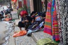 Straten van Sapa waar vrouwen handgemaakte spullen verkopen