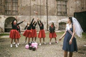 Addio al nubilato a tema anni 50 Claudia servizio fotografico Torino Barbara Oggero fotografa di storie donne ragazze allegria bride to be amiche della sposa lancio bouquet