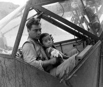 Soldato americano culla un bambino giapponese ferito durante la battaglia di Saipan, 1944. Foto di Peter Stackpole