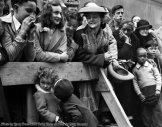 Billy Goodman sbaciucchia Eileen Virginia Dolan durante un St. Patrick's Day Parade, 1945