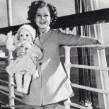 Shirley Temple con la sua bambola omonima, in nave verso le Hawaii, 1937