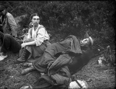 Due escursioniste riposano in un campeggio, 1907. Fotografia di Asael Curtis dal Washington Historical Society