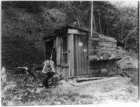 """Ufficio postale, Searsburg, Vermont, intorno al 1914. Sulla baracca è scritto ''Ufficio postale, Searsburg'' e """"Non chiamare la Domenica"""""""