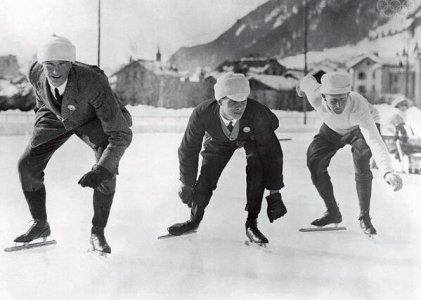 Gli atleti delle prime Olimpiadi invernali nel 1924. Pattinatori di velocità alla linea di partenza