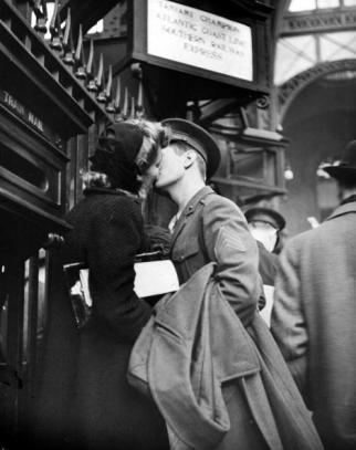 Il sergente William Henrich Jr. bacia sua moglie, Pennsylvania Station 1944. Foto di Alfred Eisenstaedt