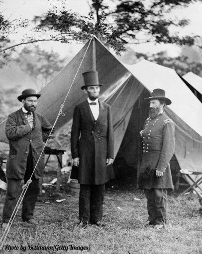 Il Presidente Abraham Lincoln, il maggiore Allan Pinkerton, e il generale John A. McClernand visitano un campo a Sharpsburg, MD 1862