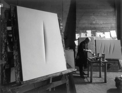 Lucio Fontana fotografato da Ugo Mulas nel suo studio, Milano 1964