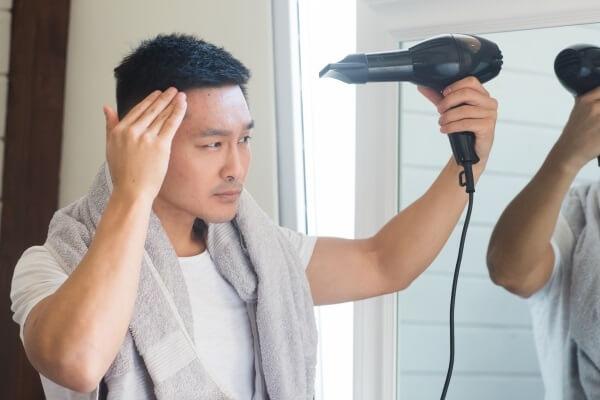シャンプー後にドライヤーを使うべき?頭皮と髪に良い理由を理容師が解説
