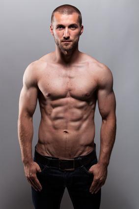 Durchtrainierter Mann mit starken Bauchmuskeln