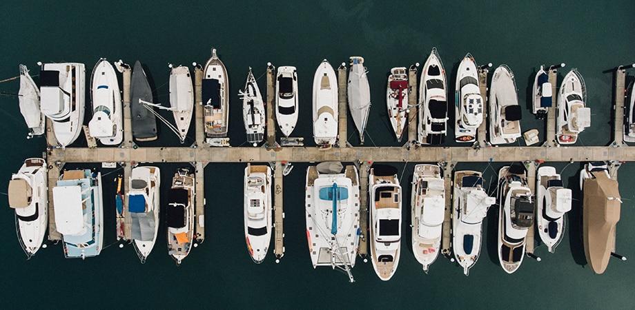 Embarcaciones en un muelle