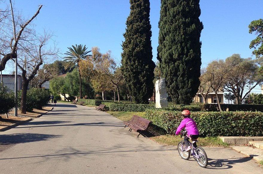 parque montjuïch con niños