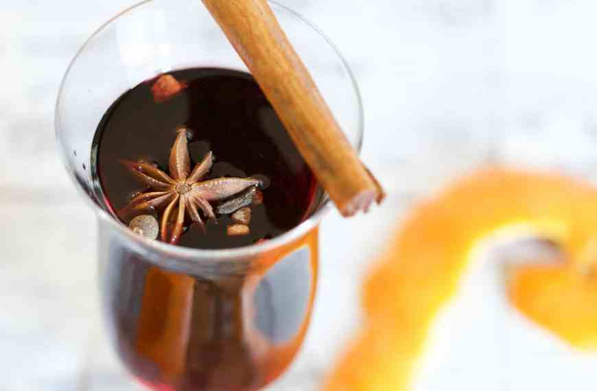 Hot sloe gin toddy: an easy recipe for autumn comfort