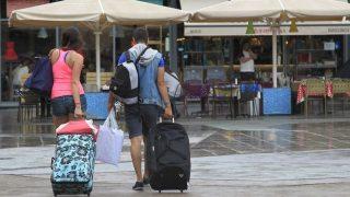 """B00. BARCELONA, 22/8/2014.- Unos turistas caminan esta mañana con sus maletas por el barrio de La Barceloneta, después de que el Ayuntamiento de Barcelona haya anunciado hoy que incrementará el control a los pisos turísticos del barrio con tres nuevos equipos de inspección que revisarán """"puerta a puerta"""" los edificios en busca de ofertas de alojamiento ilegales, si bien no abolirá este tipo de locales, como piden los vecinos, en pie de guerra contra el 'turismo de borrachera'. EFE/Marta Pérez"""