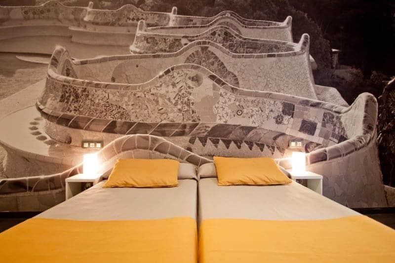hotelbed-met-muur-curious
