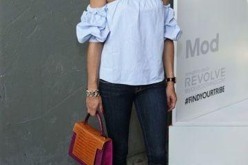 Que me pongo hoy? Como Olivia Palermo, jeans piratas, top hombros descubiertos y slippers estampadas con bolso de mano.