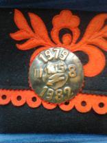 Ballagótarisznya és a szalagavatói kitűző. 1982, 105-ös 3/8 osztály (Fotó: Gyebróczki István - KDK)