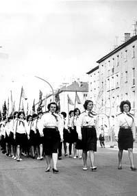 Úttörők egy május elsejei felvonuláson