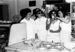 A képen balról: Sipeky Lajosné (régebben: Véglásné), Otrosinka Ferencné, Balogh Elemérné, Makádi Rózsi - a fagylaltpult és egy tölcsér fagylalt társaságában...