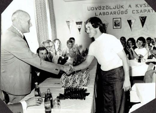 1976/77. évi bajnoki cím átadása. A díjakat átadta Kutasi István, az MLSZ elnöke