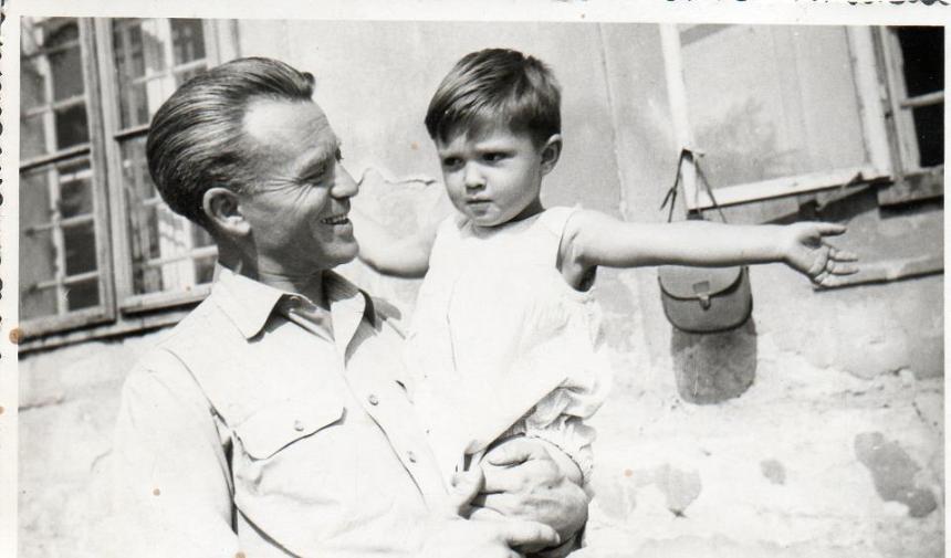 """""""Apával. Mindig kérdezte, hogy 'mennyire szeretsz'? Én pedig így mutattam."""" Lini Gábor """"fotója"""""""