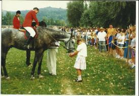 Mindig is sokan voltak kíváncsiak a Suzuki Kupákra, a képen éppen Tóth Tibor lánya, Tóth Krisztina kínálja zabbal az egyik lovat az eredményhirdetés közben
