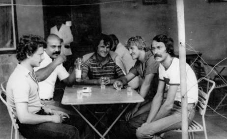 Boxi, Csoki, Csipu, Besi és Nemecsek (Döme a fényképész) a Halász terazán a 70-es években (Közzétette: Dajka Dénes - KDK)