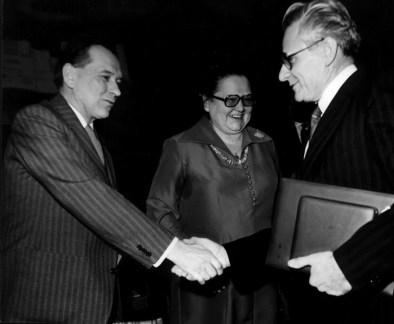 Grósz Károly megyei első titkár gratulál a díjhoz Takács István tanácselnöknek. Középen Csikós Istvánné, a város volt tanácselnöke