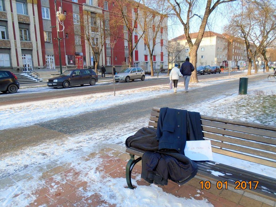 d2e44f59ce Ingyen elvihető kabátok segítik a rászorulókat Kazincbarcikán is ...