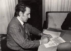 A 105-ös kollégium építési szerződésének aláírásakor