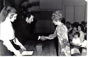 A Borsodi Vegyi Kombinát Üzemi Óvoda Kiváló Dolgozója kitüntetés átadása Széplaki Kálmánnénak
