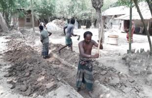 তানোরে স্বেচ্ছাশ্রমে গ্রামবাসীর ড্রেন নির্মাণ