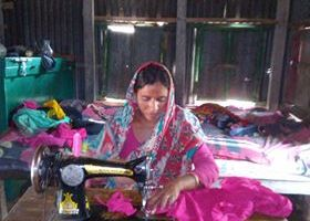 সংসারের কাজ সেরে সেলাই কাজ করি