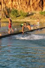 Niños jugando en el lago Petén Itzá en El Remate