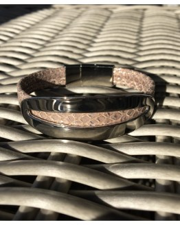 Skinnarmbånd med pynt i rustfritt stål som er sølvbelagt.