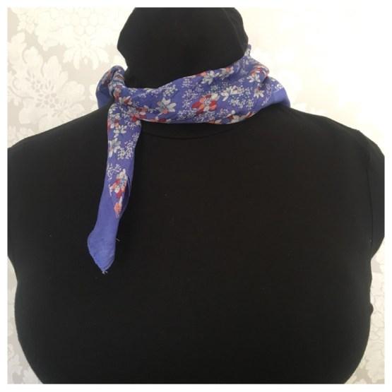 Silkeskjerf, blått med blomstrer