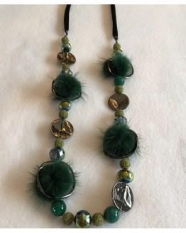 Langt smykke med pynt i kaninpels, grønn