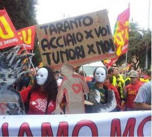 Taranto, in piazza contro la 'salva Ilva' cinquemila contro la salute negata