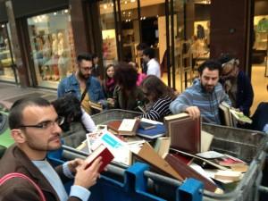 """Libri gettati nella spazzatura a Bari la condanna del Comune : """"Mai più"""""""