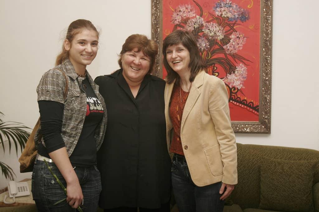 Алейда Гевара (в средата) заедно с авторката (вдясно) и дъщеря ѝ по време на интервю в София през 2010 г.