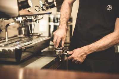 barista_espresso_cafe_reunion_tamping