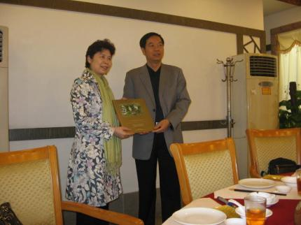 Author Ling Zhang receives presentation in Kaiping