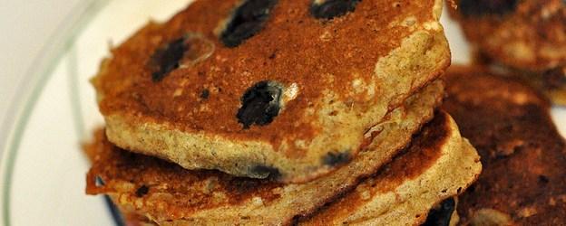 Oppskrift :: Pannekaker med banan og blåbær