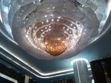 Micoscopico lampadario a sette o otto metri dal suolo, sempre nella hall