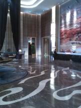La hall, piccolissima, del piccolissimo albergo Wanda Vista (e' in realta' una roba immensa di una ventina di piani)