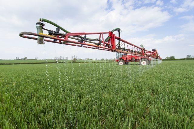 Spray of liquid fertiliser