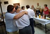 Francisco Gea Ramos abraza a un compañero de su parroquia.
