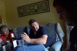 De izquierda a derecha, Josefa Vida Bermúdez, Francisco Ramos y Francisco Gea Gea Vida charlan dentro de su casa.