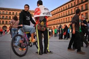 Francisco Gea Vida, 21, a la izquierda, se encuentra junto a Álvaro Perea Ramírez después de una manifestación en Córdoba contra los desahucios.