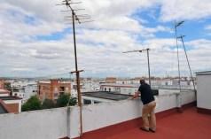 Francisco Gea Ramos, en el tejado del bloque, donde él y su familia viven en Córdoba. La familia está pidiendo dinero prestado a una tía anciana para pagar la hipoteca mensual de 625 €, una situación que ellos saben que no puede seguir así. En un país roto donde se ha reducido gradualmente la red de seguridad social, los 453 € al mes de ayuda se les acaba en diciembre. Después que la familia dejó de pagar las tarjetas de crédito, los acreedores iniciaron acciones legales.